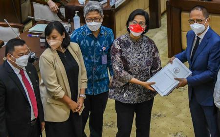 Sri Mulyani Resmi Terima DIM RUU HKPD dari DPR dan DPD