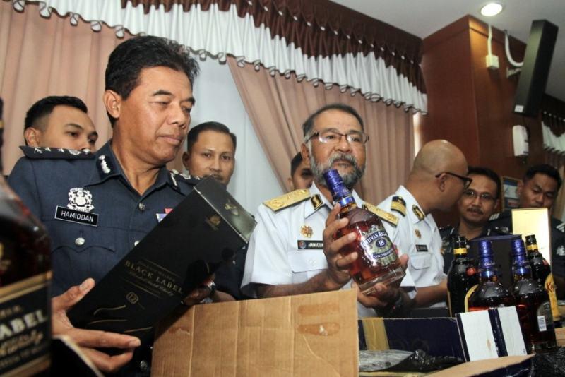 Selundupkan Miras, Bea Cukai Johor Tangkap 10 Warga Indonesia
